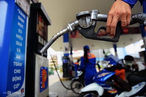 Nhà điều hành liên tục xả Quỹ bình ổn xăng dầu khiến doanh nghiệp đầu mối kêu lỗ. Ảnh: Hữu Khoa