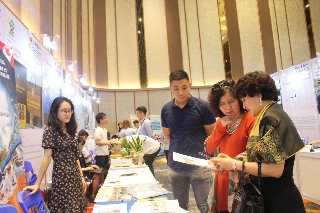 Các gian hàng trưng bày sản phẩm khởi nghiệp của các starup tại Teachfest 2018 Đà Nẵng