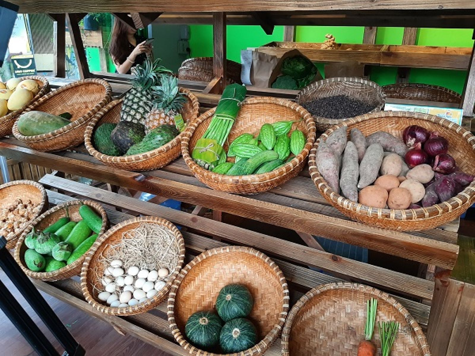 Các mặt hàng nông sản được trưng bày vào các rỗ tre gợi nhớ về một góc chợ quê xa xưa.