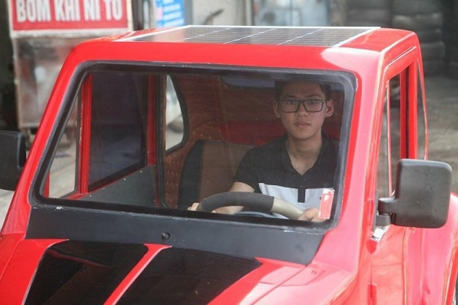 Ngô Việt Cường bên chia xe do mình chế tạo.