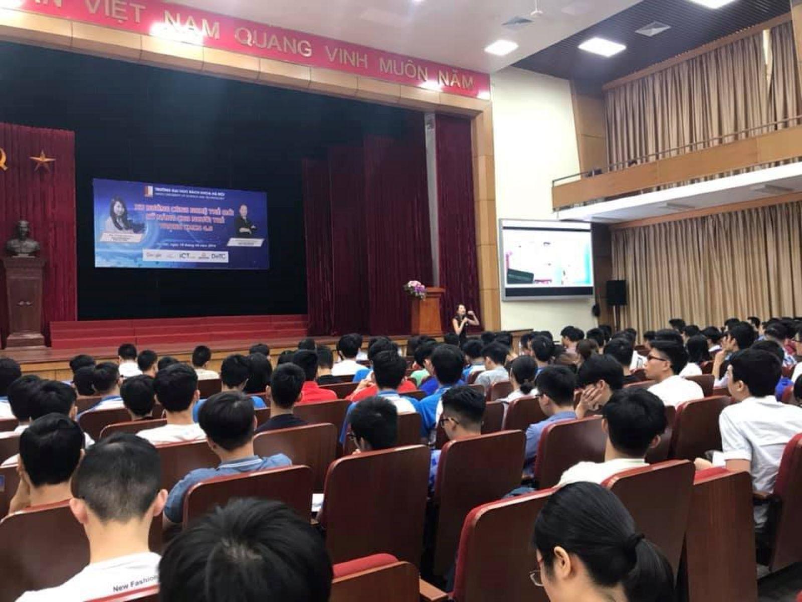 Bà Cindy Nguyễn trong buổi nói chuyện với sinh viên Đại học Bách Khoa Hà Nội sáng 19/4/2019.
