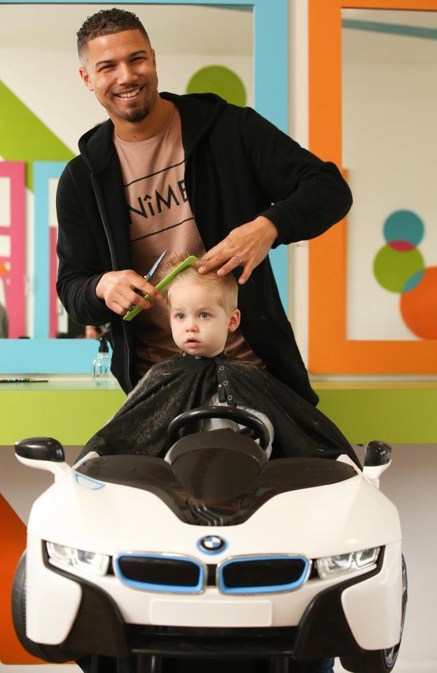 Chiều con trai, ông bố trẻ bỏ việc ngân hàng mở tiệm cắt tóc dành riêng cho các em bé, thu nhập tăng gấp 20 lần thời làm nhân viên nhà băng - Ảnh 1.