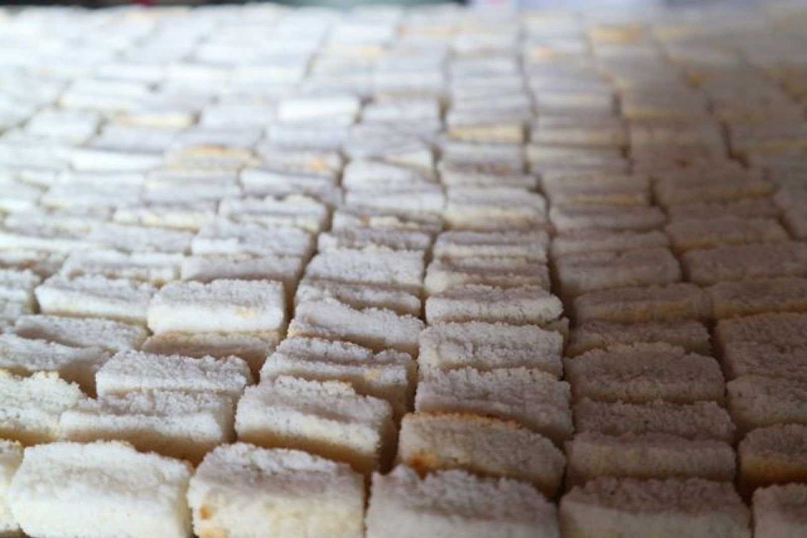 Lớp bánh trong được cho vào khuôn rồi hấp, sau đó để một ngày cho bánh bớt hơi nóng sẽ xốp và giòn hơn