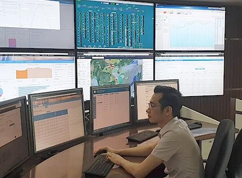 Kỹ sư Trung tâm điều độ hệ thống điện Quốc gia (A0) theo dõi biểu đồ cung ứng điện. Ảnh: H.T