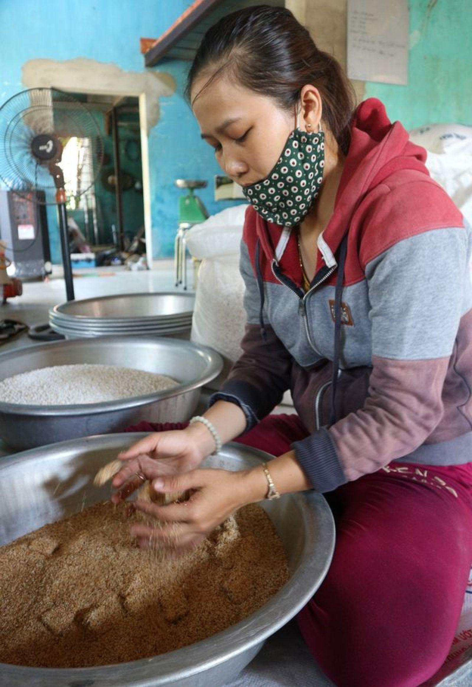 Phan Thị Ly, cô gái trẻ bỏ phố về quê lập nghiệp với nghề truyền thống – bánh khô mè, nối nghiệp cha ông