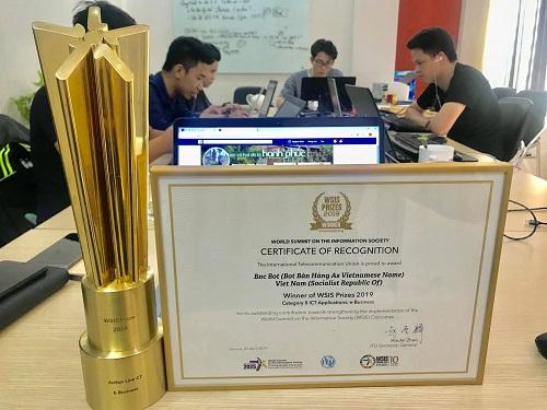 Đại diện của Việt Nam nhận giải thưởng ở hạng mục E-Business.