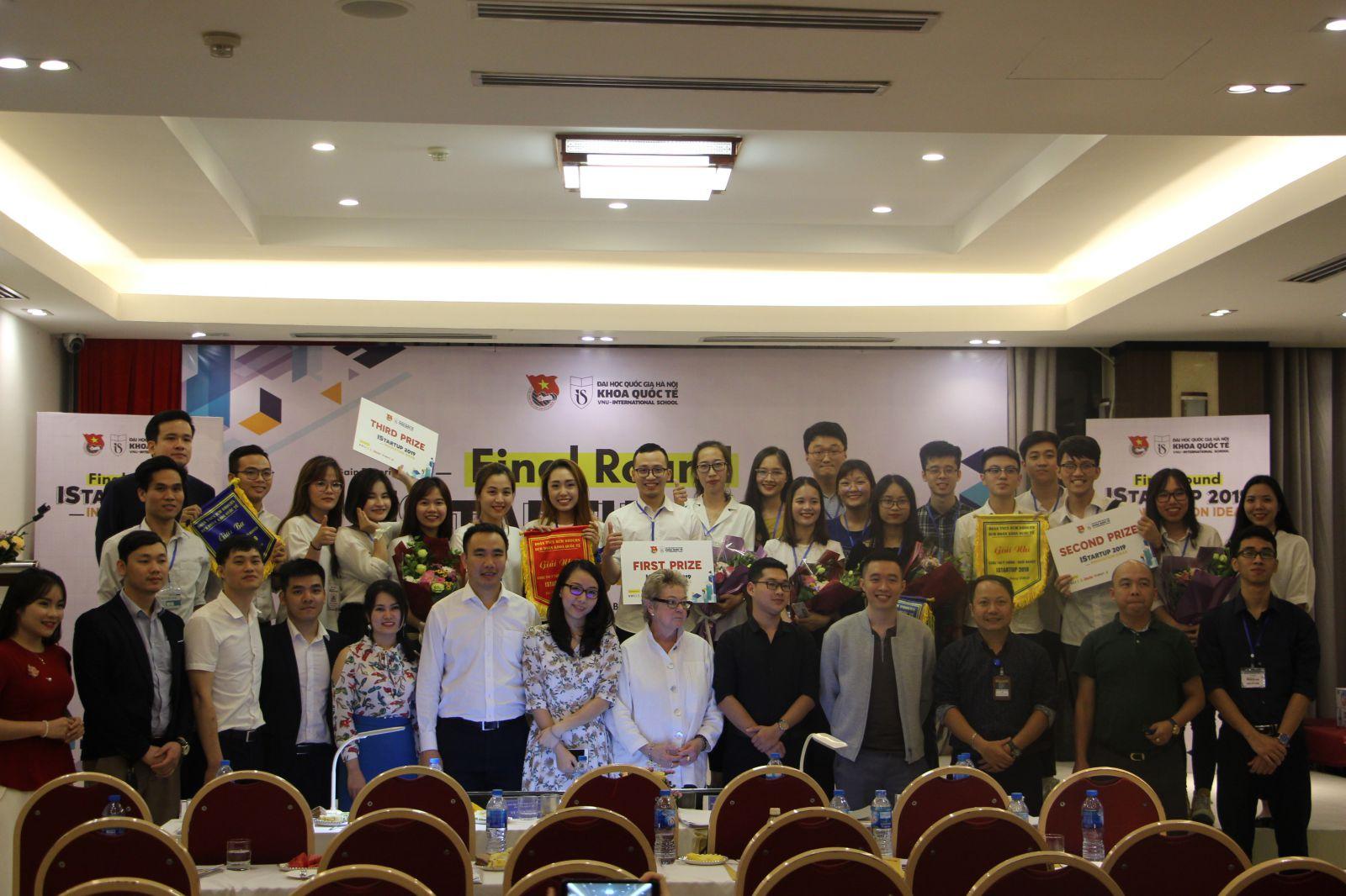 Ban tổ chức chụp ảnh cùng các thí sinh