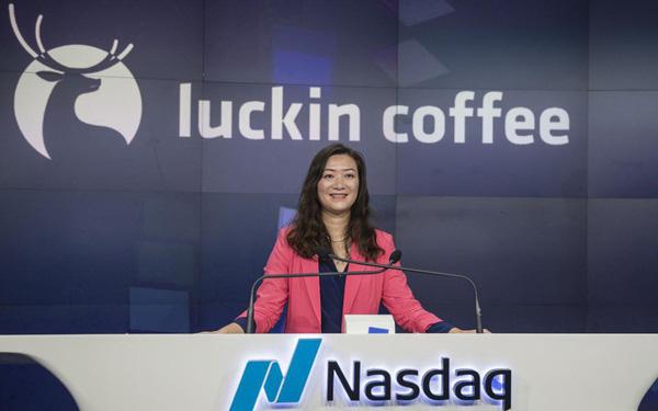 """Luckin Coffee - Đối thủ của """"gã khổng lồ"""" Starbucks tại Trung Quốc chính thức IPO, nữ CEO chính thức bước chân vào câu lạc bộ tỷ phú"""