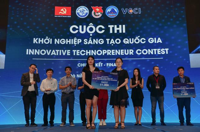 Nguyễn Ngọc Huyền (trái) tại