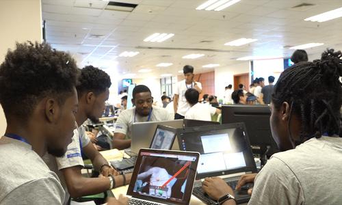Nhóm du học sinh Haiti tại Việt Nam làm trợ lý ảo nhắc lịch uống thuốc