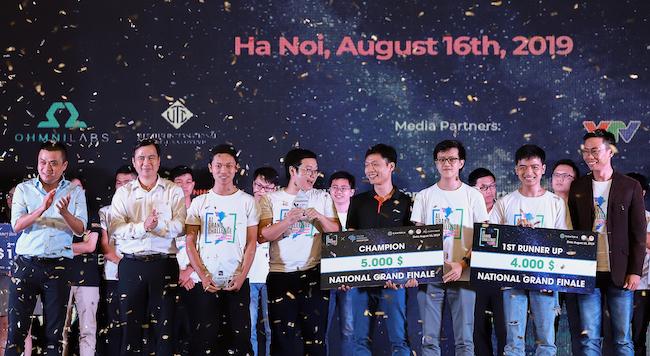 Đại diện các đội thi thắng cuộc nhận giải thưởng từ ban tổ chức.