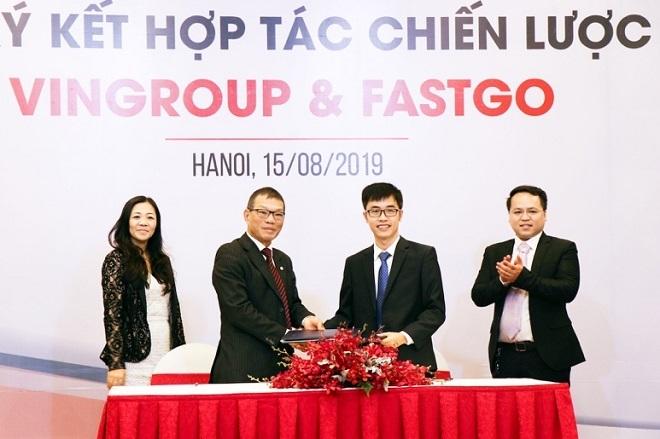 Phó TGĐ Tập đoàn Vingroup Võ Quang Huệ và ông Nguyễn Hữu Tuất - Chủ tịch HĐQT Công ty CP FastGo, trao đổi văn bản tại lễ ký kết thỏa thuận chiến lược