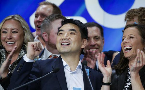 Chàng trai bị từ chối visa 8 lần mới sang được Silicon Valley, nhưng đi làm chẳng thấy vui, bèn bỏ việc mức lương 6 con số để thành lập startup và trở thành 1 trong 500 tỷ phú giàu nhất thế giới