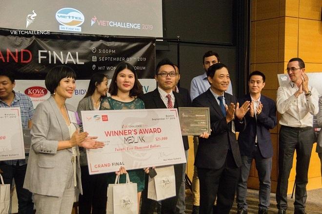 Thứ trưởng Trần Văn Tùng trao giải cho Medlink – startup vượt qua 400 dự án của người Việt trên toàn thế giới để vô địch Vietchallenge 2019
