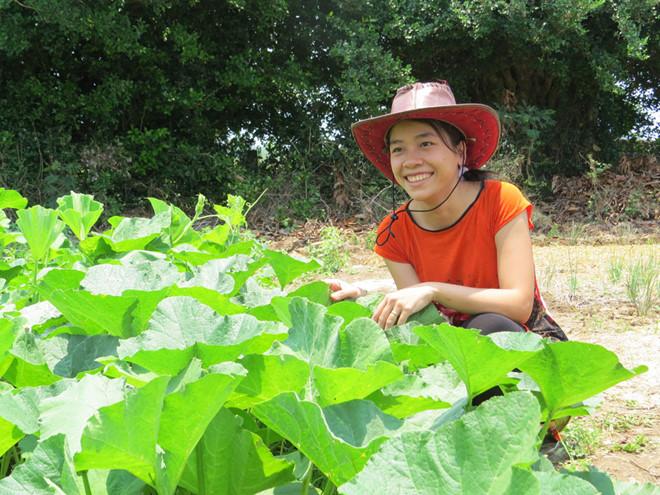 Chị Châu trong nông trại hữu cơ của gia đình tại xã An Mỹ /// BÍCH ĐÀO