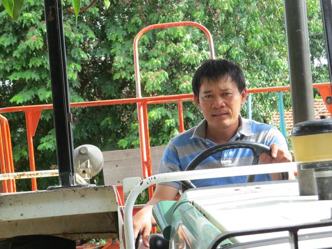 Ông Huỳnh Khắc Vũ lái máy cày đi làm trang trại /// Ảnh: Bích Đào