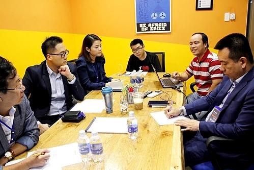 Đội thi trình bàytrực tiếp với nhiều chuyên gia và đại diện quỹ đầu tư.
