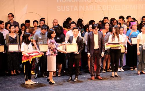 Ông Nguyễn Việt An (đứng thứ ba từ trái sang)đại diện Văn phòng Đề án 844 nhận giải thưởng.