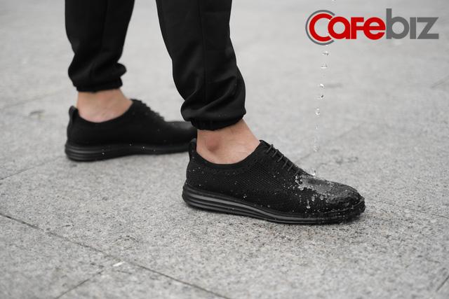 Trung Nguyên hợp tác với startup do Shark Hưng đỡ đầu để bán… giày: Sản phẩm làm từ ly nhựa tái chế, bã cà phê, và đặc biệt không thấm nước - Ảnh 2.