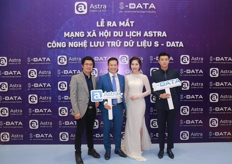 Nguyễn Tiệp (ngoài cùng bên trái) và Shark Phạm Thanh Hưng (thứ 2 từ trái sang) tại buổi ra mắt Astra.