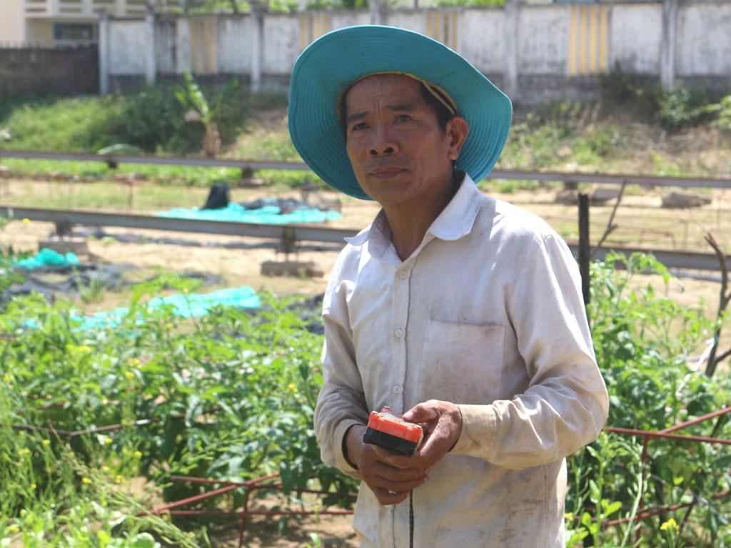 """Ông Huỳnh Kim Toàn dùng remote điều khiển """"con tàu"""" tưới nước cho vườn rau /// HOÀNG SƠN"""